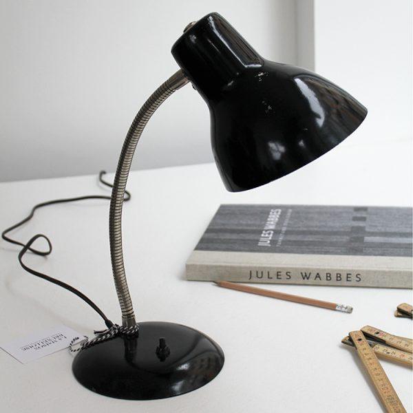 lampe d appoint noire la maison bruxelloise. Black Bedroom Furniture Sets. Home Design Ideas