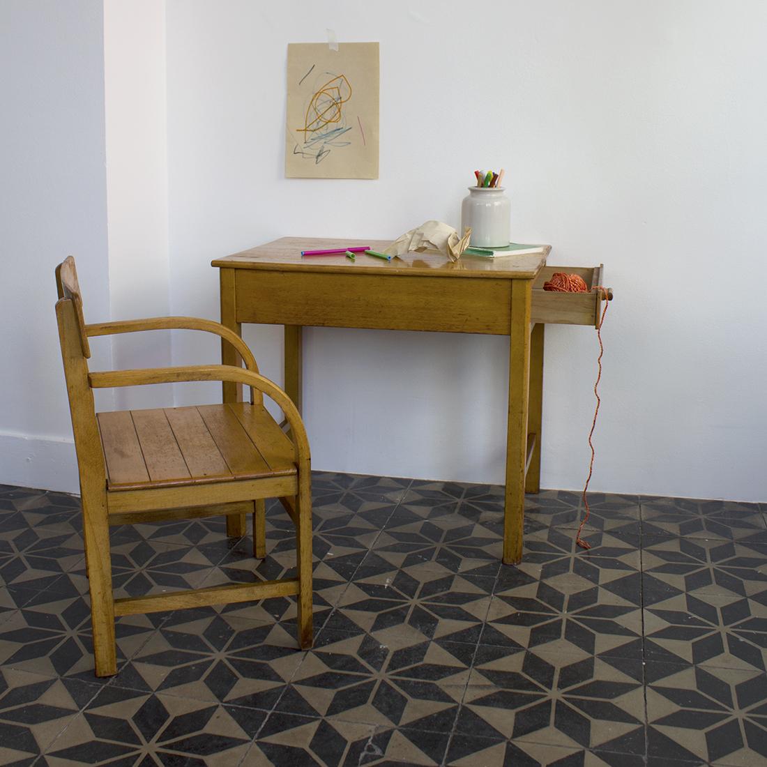 table et fauteuil enfant la maison bruxelloise. Black Bedroom Furniture Sets. Home Design Ideas