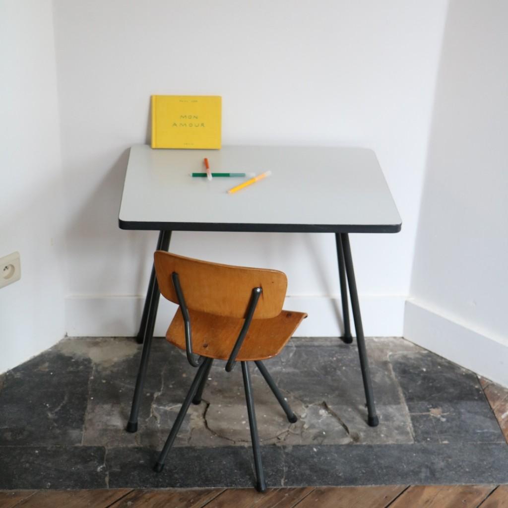 Table grise et chaise enfant