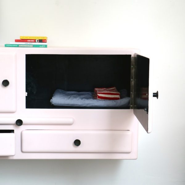 meuble suspendu rose tendre la maison bruxelloise. Black Bedroom Furniture Sets. Home Design Ideas