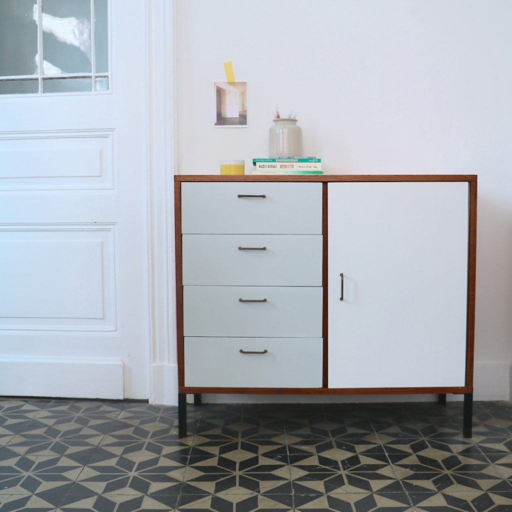 Commode moderniste grise et blanche