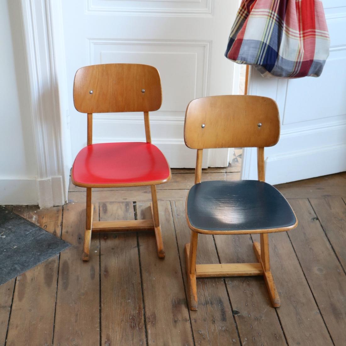 paire de chaises casala rouge et bleue la maison bruxelloise. Black Bedroom Furniture Sets. Home Design Ideas