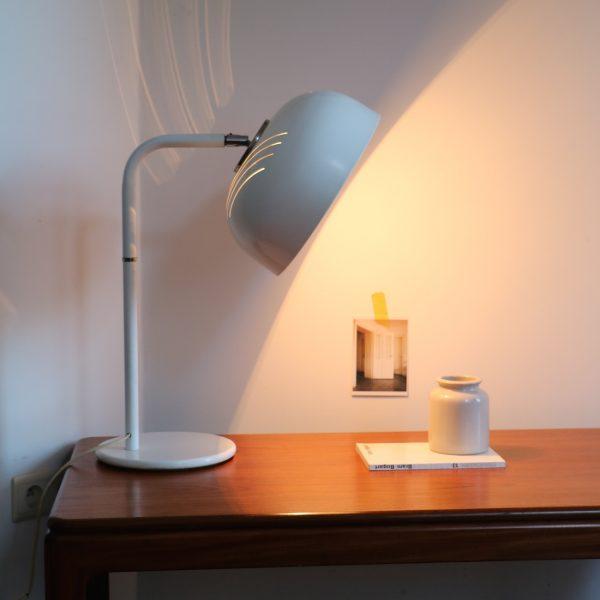 lampe poser orientable la maison bruxelloise. Black Bedroom Furniture Sets. Home Design Ideas