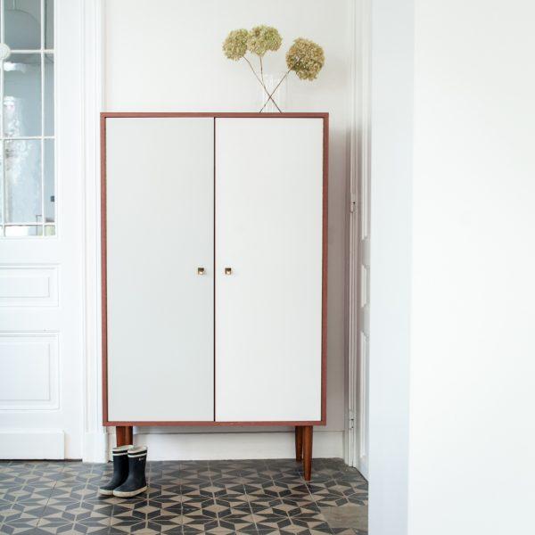 armoire bicolore la maison bruxelloise. Black Bedroom Furniture Sets. Home Design Ideas