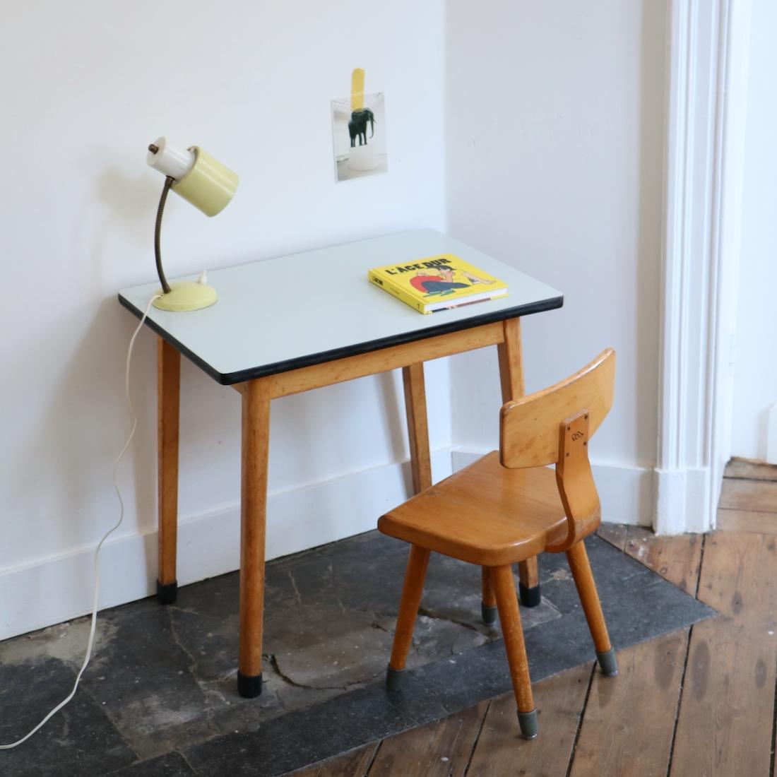Table et chaise maternelle grise la maison bruxelloise for 18 rue de la chaise