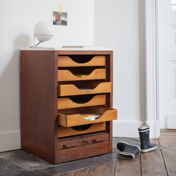 meuble d appoint volet la maison bruxelloise. Black Bedroom Furniture Sets. Home Design Ideas