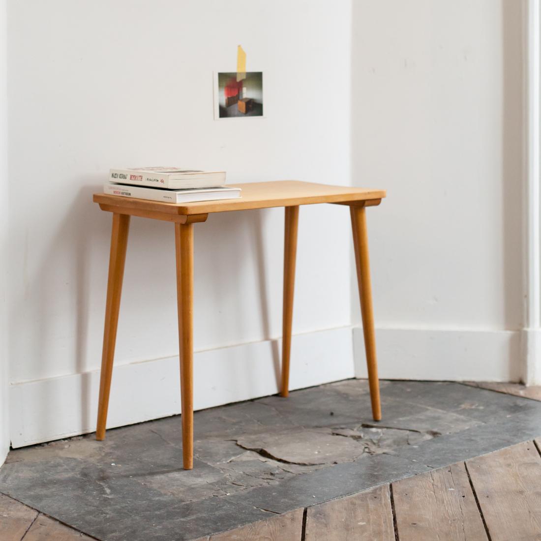 table d appoint en bouleau la maison bruxelloise. Black Bedroom Furniture Sets. Home Design Ideas
