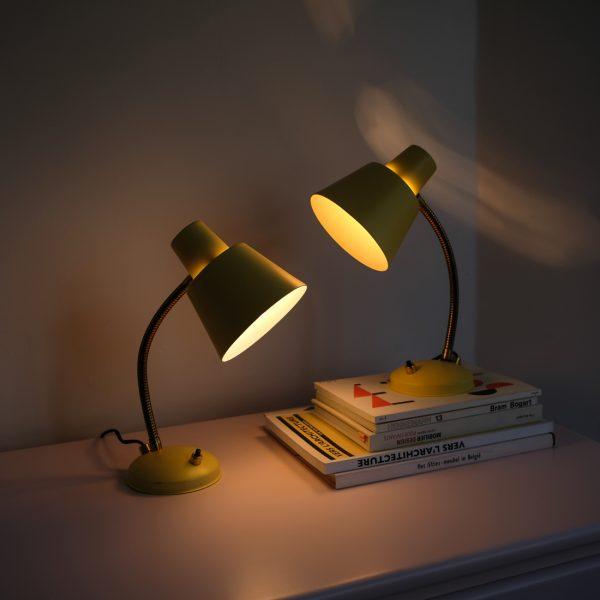 paire de lampes de chevet jaunes la maison bruxelloise. Black Bedroom Furniture Sets. Home Design Ideas