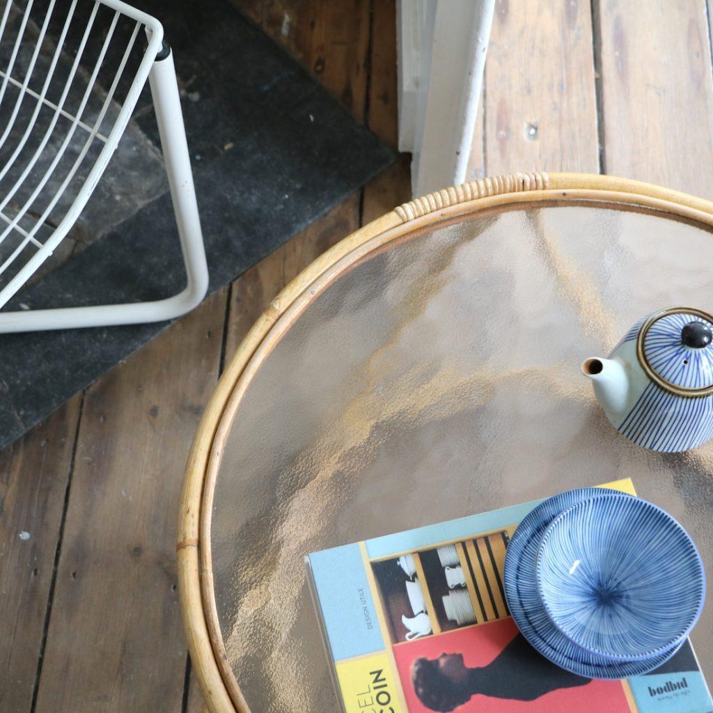 Table basse en rotin et verre