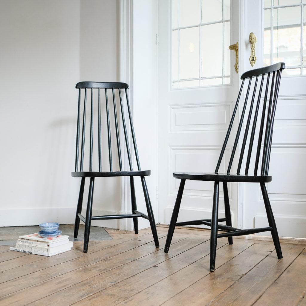 Paire de chaises noires à barreaux