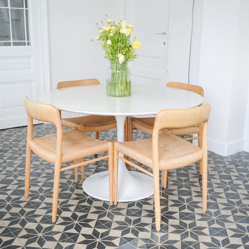 Table en marbre pied tulipe
