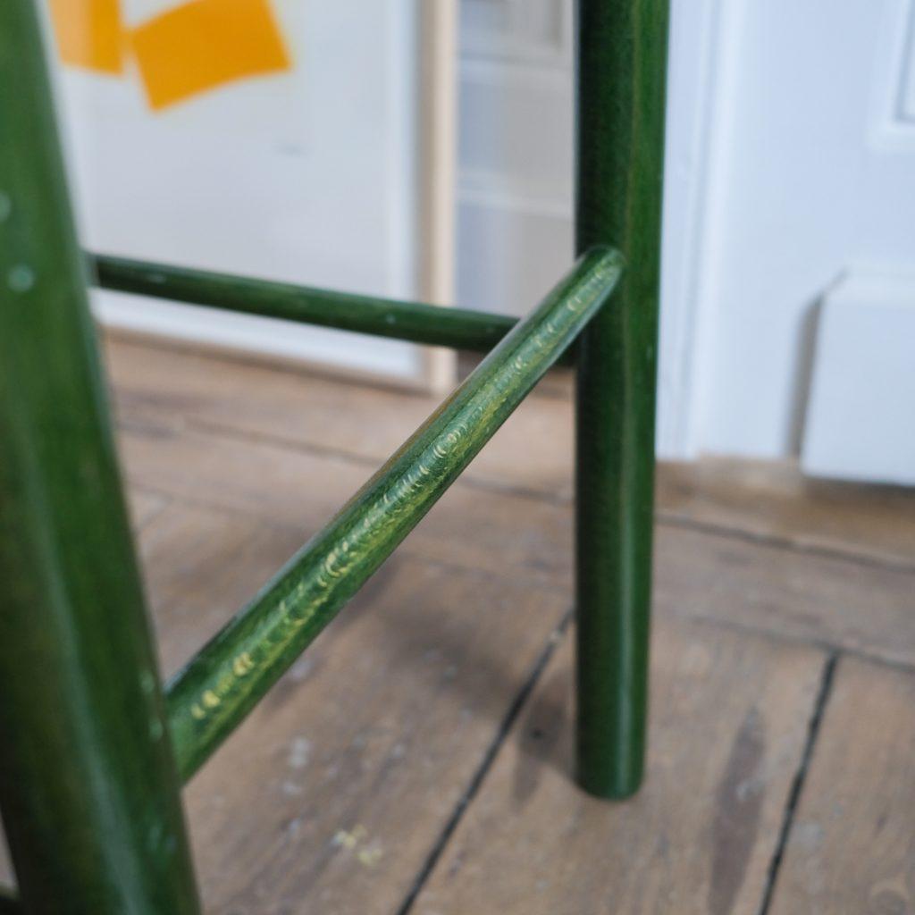 Tabouret aux pieds verts