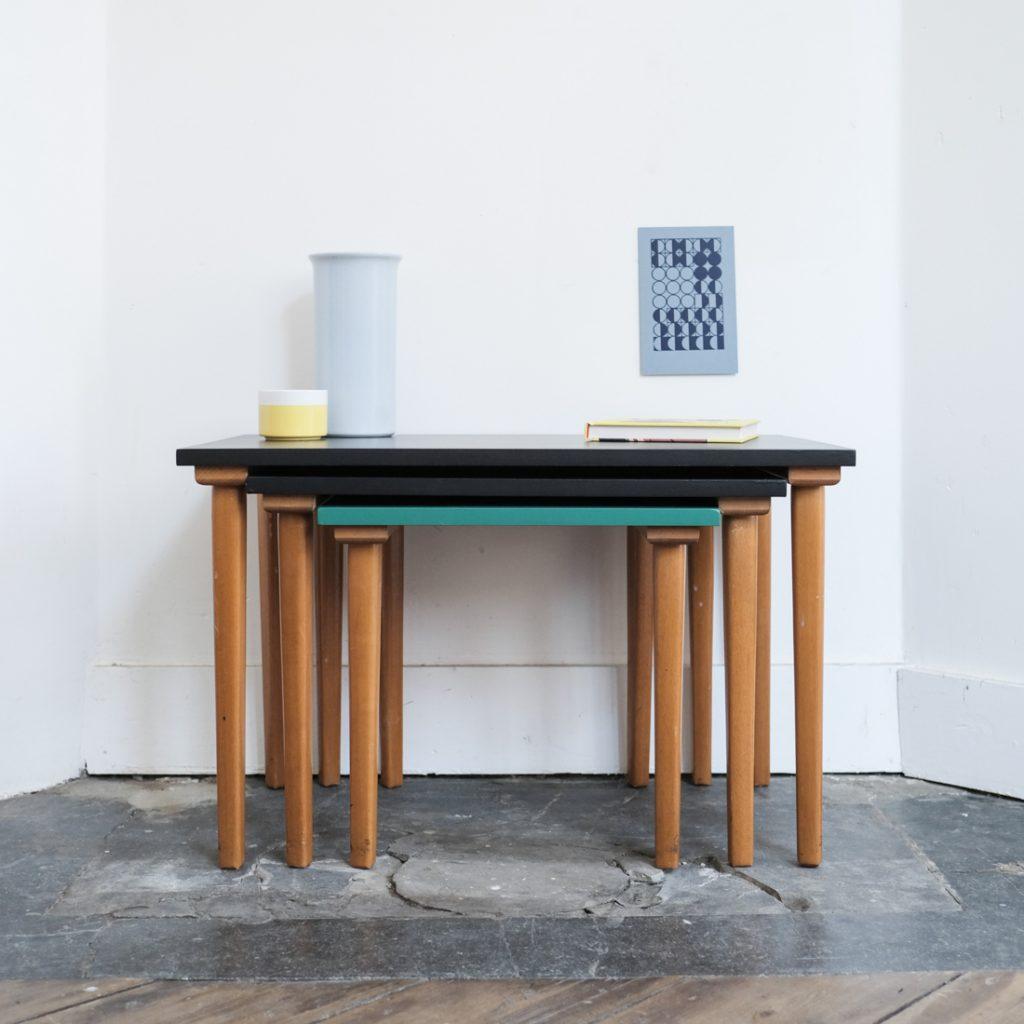 Tables gigognes colorées