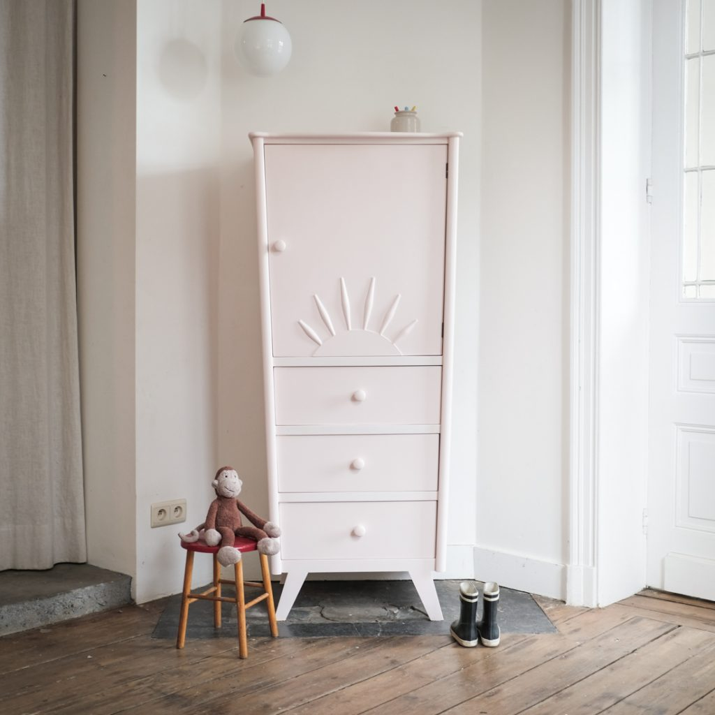 Armoire rose tendre
