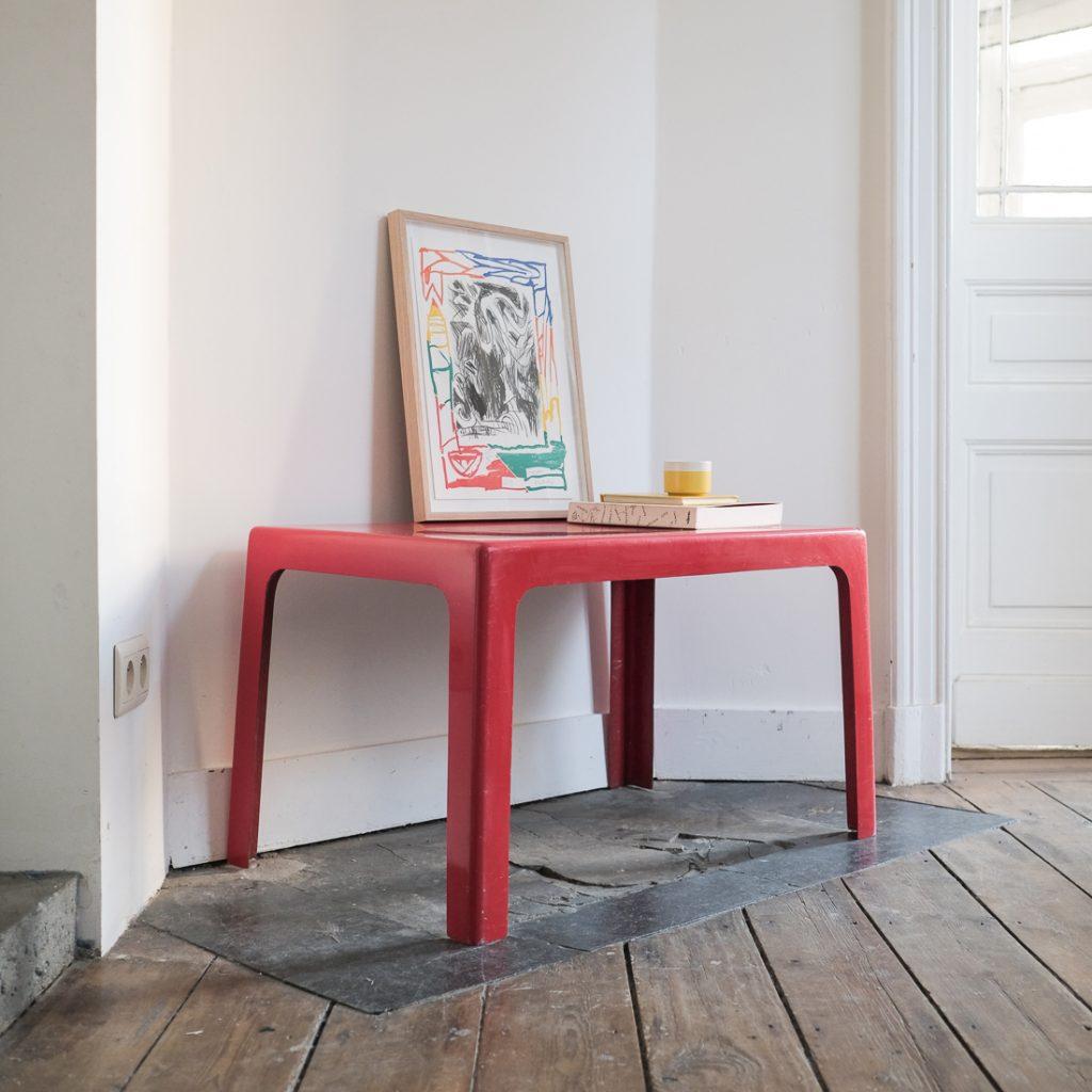 Table en fibre de verre rouge