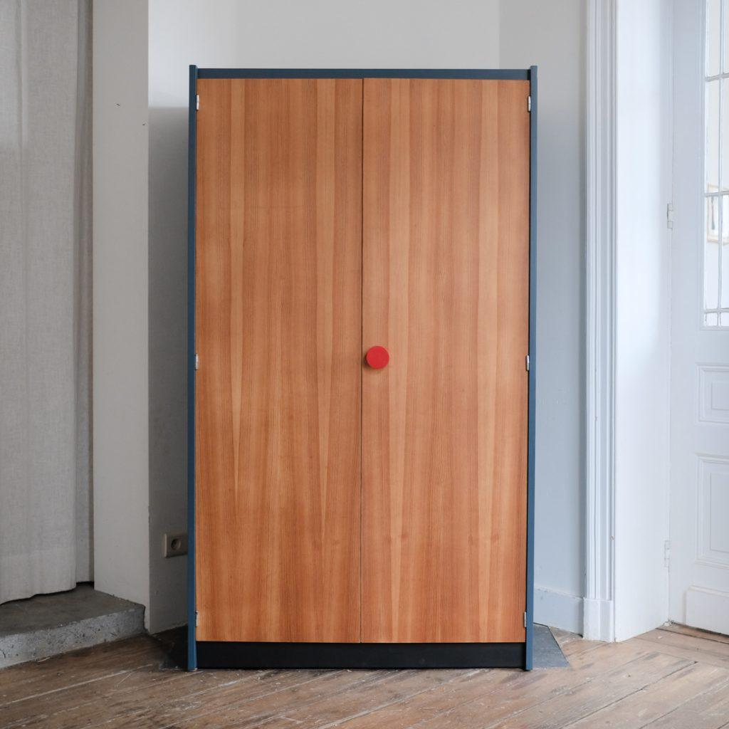 Grande armoire au bouton rouge